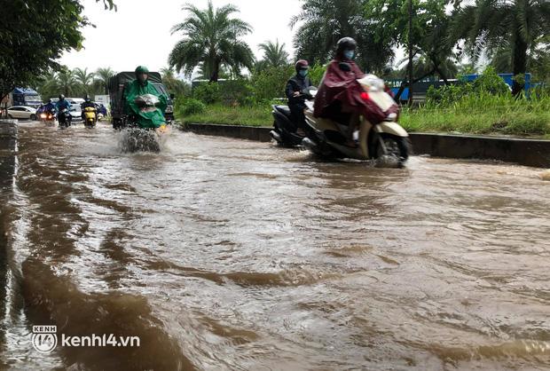 Ảnh: Mưa lớn kéo dài do ảnh hưởng của bão số 7, nhiều nơi ở Hà Nội ngập sâu, người dân chật vật di chuyển - ảnh 2