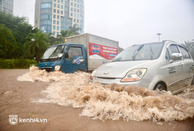 Ảnh: Mưa lớn kéo dài do ảnh hưởng của bão số 7, nhiều nơi ở Hà Nội ngập sâu, người dân chật vật di chuyển - ảnh 4