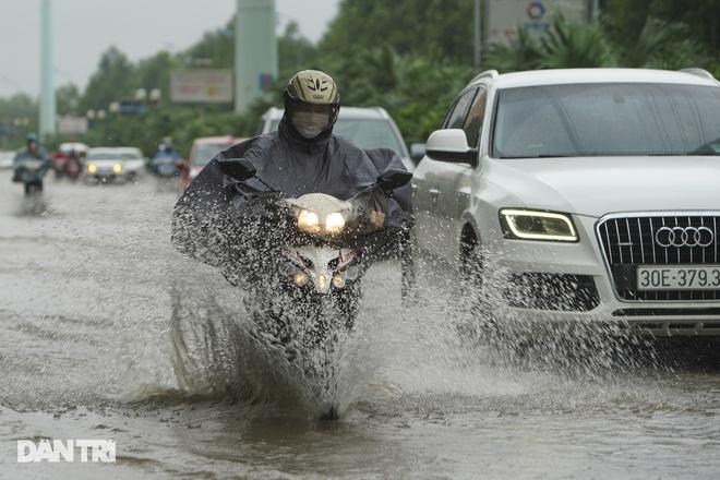 Nhiều tuyến phố ở Hà Nội biến thành sông sau cơn mưa lớn kéo dài - ảnh 15