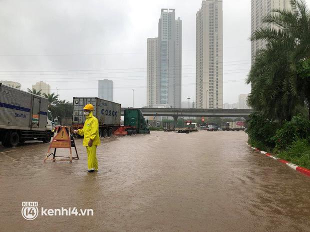 Ảnh: Mưa lớn kéo dài do ảnh hưởng của bão số 7, nhiều nơi ở Hà Nội ngập sâu, người dân chật vật di chuyển - ảnh 3