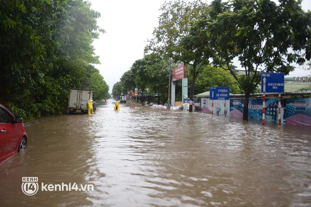 Ảnh: Mưa lớn kéo dài do ảnh hưởng của bão số 7, nhiều nơi ở Hà Nội ngập sâu, người dân chật vật di chuyển - ảnh 14