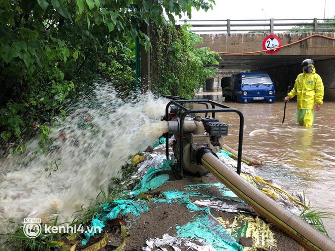 Ảnh: Mưa lớn kéo dài do ảnh hưởng của bão số 7, nhiều nơi ở Hà Nội ngập sâu, người dân chật vật di chuyển - ảnh 18