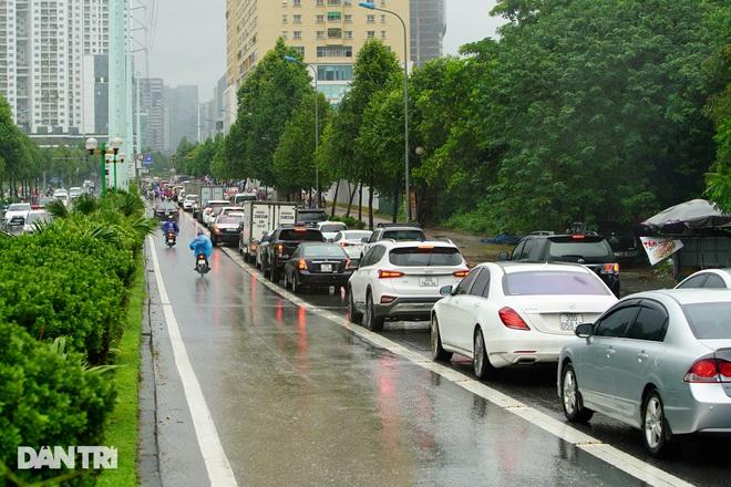 Nhiều tuyến phố ở Hà Nội biến thành sông sau cơn mưa lớn kéo dài - ảnh 5