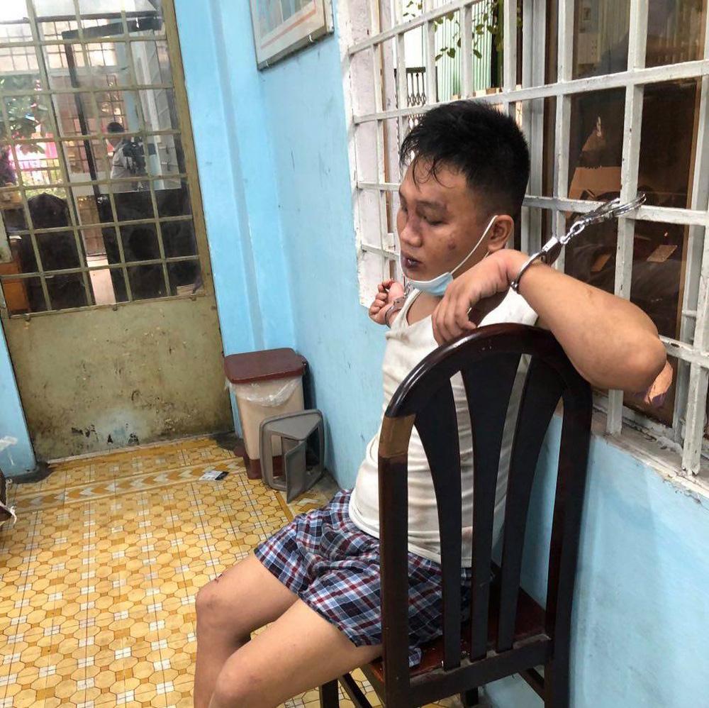 Ban giám đốc Công an TP.HCM thăm Thượng uý Nguyễn Đức Bằng, người bị kẻ nghi ngáo đá đâm trọng thương - ảnh 3