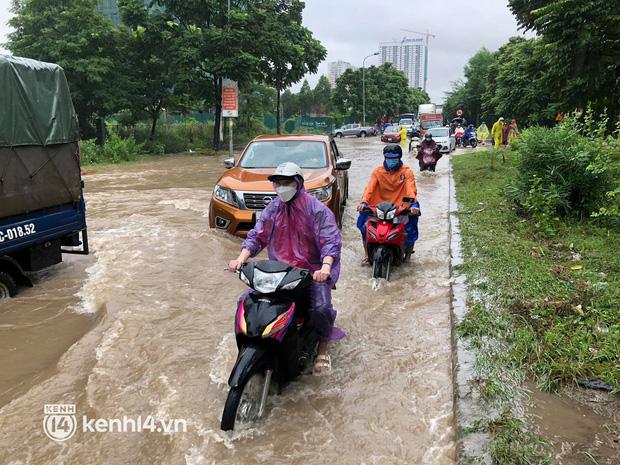 Ảnh: Mưa lớn kéo dài do ảnh hưởng của bão số 7, nhiều nơi ở Hà Nội ngập sâu, người dân chật vật di chuyển - ảnh 19