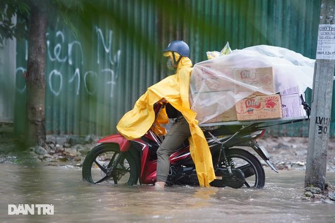 Nhiều tuyến phố ở Hà Nội biến thành sông sau cơn mưa lớn kéo dài - ảnh 2
