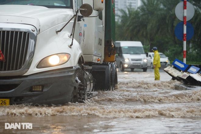 Nhiều tuyến phố ở Hà Nội biến thành sông sau cơn mưa lớn kéo dài - ảnh 10