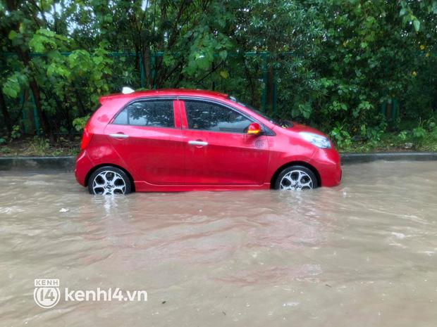 Ảnh: Mưa lớn kéo dài do ảnh hưởng của bão số 7, nhiều nơi ở Hà Nội ngập sâu, người dân chật vật di chuyển - ảnh 10