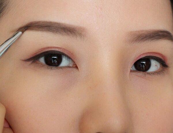 """Bí quyết trang điểm giúp mắt to tròn """"ăn gian"""" tuổi - ảnh 2"""