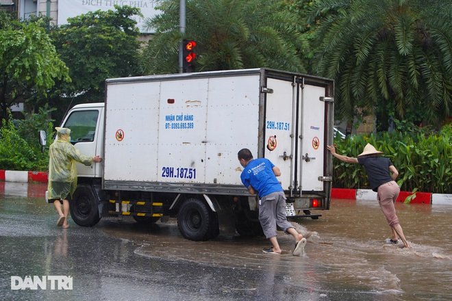 Nhiều tuyến phố ở Hà Nội biến thành sông sau cơn mưa lớn kéo dài - ảnh 7