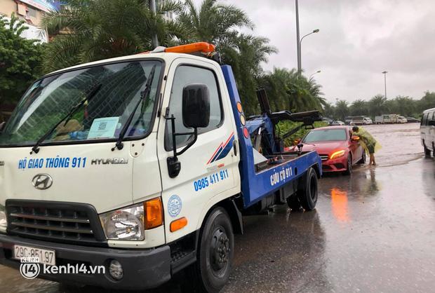 Ảnh: Mưa lớn kéo dài do ảnh hưởng của bão số 7, nhiều nơi ở Hà Nội ngập sâu, người dân chật vật di chuyển - ảnh 6