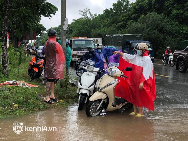 Ảnh: Mưa lớn kéo dài do ảnh hưởng của bão số 7, nhiều nơi ở Hà Nội ngập sâu, người dân chật vật di chuyển - ảnh 20