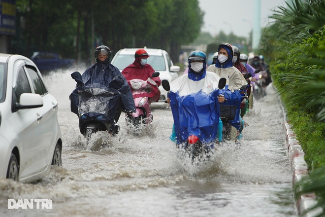 Nhiều tuyến phố ở Hà Nội biến thành sông sau cơn mưa lớn kéo dài - ảnh 3