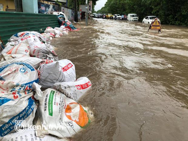 Ảnh: Mưa lớn kéo dài do ảnh hưởng của bão số 7, nhiều nơi ở Hà Nội ngập sâu, người dân chật vật di chuyển - ảnh 12