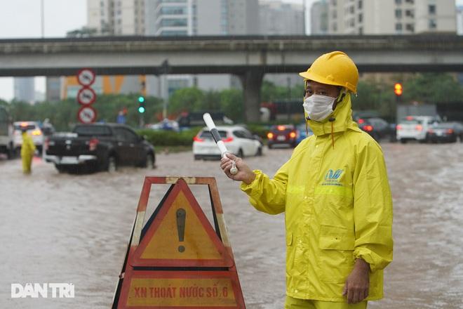 Nhiều tuyến phố ở Hà Nội biến thành sông sau cơn mưa lớn kéo dài - ảnh 9