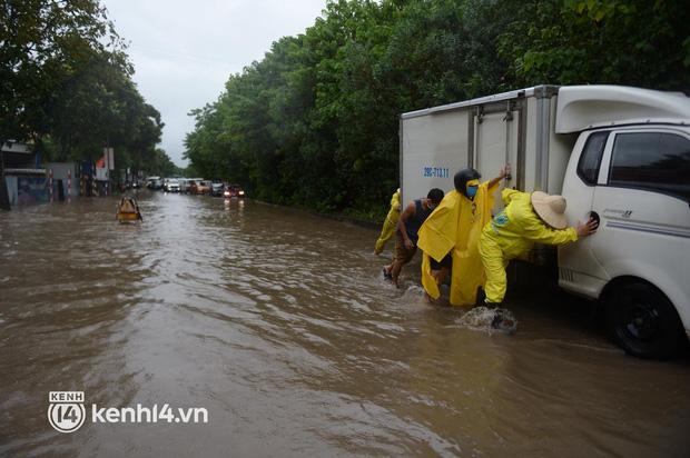 Ảnh: Mưa lớn kéo dài do ảnh hưởng của bão số 7, nhiều nơi ở Hà Nội ngập sâu, người dân chật vật di chuyển - ảnh 11