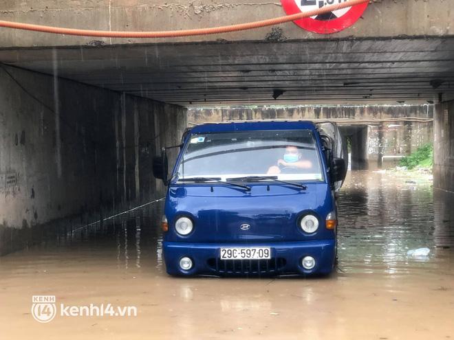 Ảnh: Mưa lớn kéo dài do ảnh hưởng của bão số 7, nhiều nơi ở Hà Nội ngập sâu, người dân chật vật di chuyển - ảnh 16