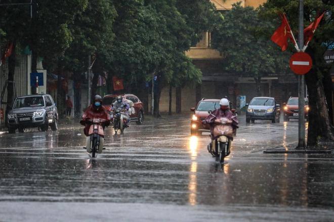 Mưa gây ngập nhẹ một số điểm phố Hà Nội nhưng không ách tắc giao thông - ảnh 2