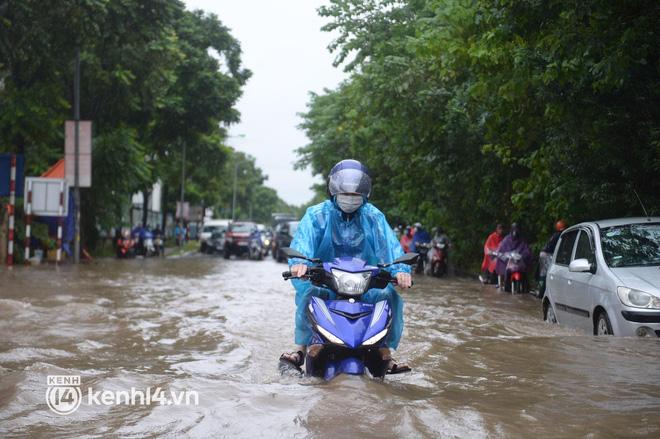 Ảnh: Mưa lớn kéo dài do ảnh hưởng của bão số 7, nhiều nơi ở Hà Nội ngập sâu, người dân chật vật di chuyển - ảnh 7