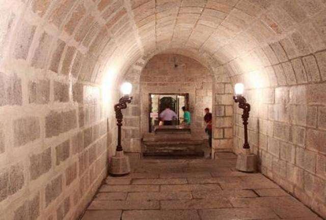 Chuyên gia khảo cổ nhọc công đi tìm lăng mộ thật của Bao Công nhưng không thấy, một người qua đường hé lộ bí mật: Tìm đến nơi, tất cả mọi người đều