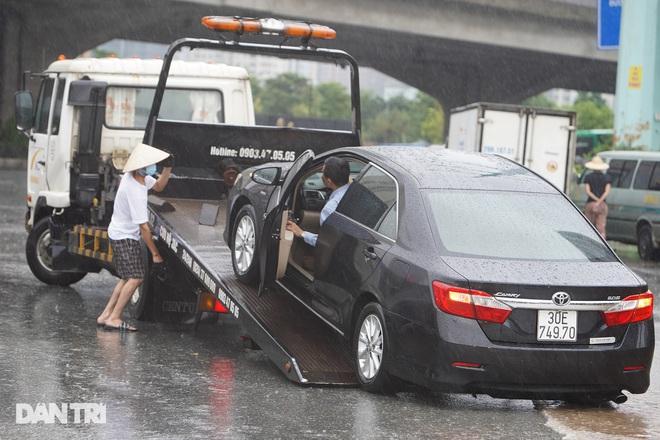 Nhiều tuyến phố ở Hà Nội biến thành sông sau cơn mưa lớn kéo dài - ảnh 8