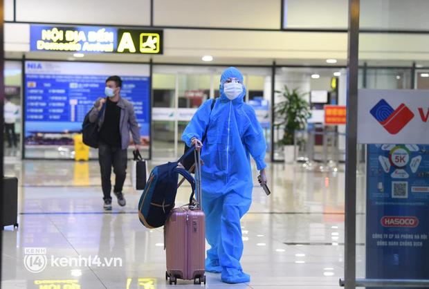 Chùm ảnh: Niềm vui của hành khách trên chuyến bay thương mại đầu tiên từ TP.HCM ra Hà Nội khi không phải cách ly tập trung - ảnh 2