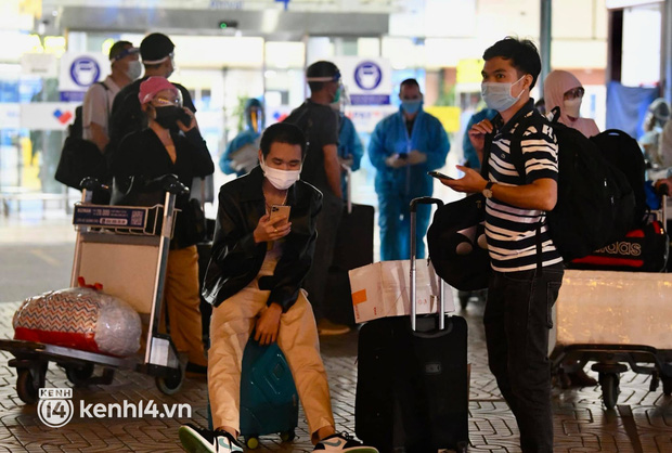 Chùm ảnh: Niềm vui của hành khách trên chuyến bay thương mại đầu tiên từ TP.HCM ra Hà Nội khi không phải cách ly tập trung - ảnh 10