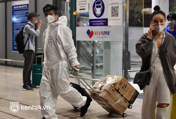 Chùm ảnh: Niềm vui của hành khách trên chuyến bay thương mại đầu tiên từ TP.HCM ra Hà Nội khi không phải cách ly tập trung - ảnh 7