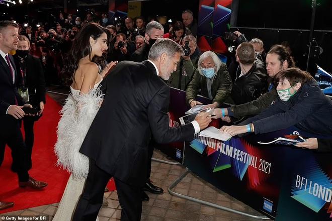 Khoảnh khắc ngọt ngào trên thảm đỏ của George Clooney và vợ kém 17 tuổi - ảnh 3