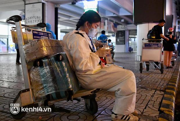 Chùm ảnh: Niềm vui của hành khách trên chuyến bay thương mại đầu tiên từ TP.HCM ra Hà Nội khi không phải cách ly tập trung - ảnh 11