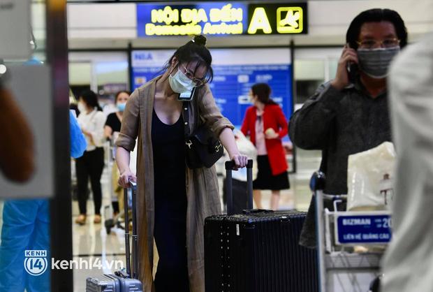Chùm ảnh: Niềm vui của hành khách trên chuyến bay thương mại đầu tiên từ TP.HCM ra Hà Nội khi không phải cách ly tập trung - ảnh 6