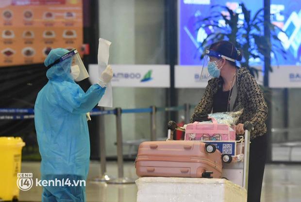 Chùm ảnh: Niềm vui của hành khách trên chuyến bay thương mại đầu tiên từ TP.HCM ra Hà Nội khi không phải cách ly tập trung - ảnh 4
