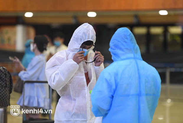 Chùm ảnh: Niềm vui của hành khách trên chuyến bay thương mại đầu tiên từ TP.HCM ra Hà Nội khi không phải cách ly tập trung - ảnh 12