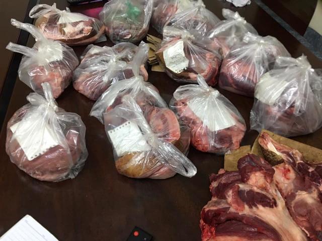 Xót lợn nuôi bán lỗ thê thảm, đi chợ phải mua thịt giá cao, chủ nuôi tự tay mổ lợn bán - ảnh 2