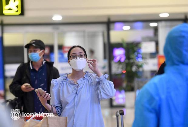 Chùm ảnh: Niềm vui của hành khách trên chuyến bay thương mại đầu tiên từ TP.HCM ra Hà Nội khi không phải cách ly tập trung - ảnh 3