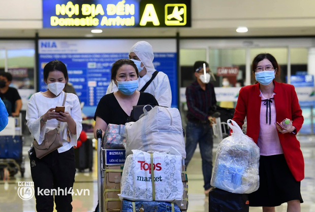 Chùm ảnh: Niềm vui của hành khách trên chuyến bay thương mại đầu tiên từ TP.HCM ra Hà Nội khi không phải cách ly tập trung - ảnh 5