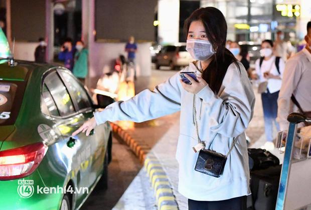 Chùm ảnh: Niềm vui của hành khách trên chuyến bay thương mại đầu tiên từ TP.HCM ra Hà Nội khi không phải cách ly tập trung - ảnh 13