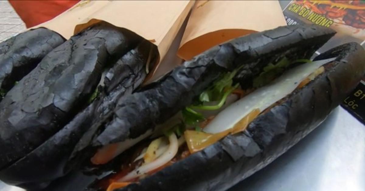 Tiệm bánh mỳ Việt Nam được đăng lên nhiều báo nước ngoài vì những chiếc bánh đen như than - ảnh 1