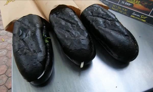 Tiệm bánh mỳ Việt Nam được đăng lên nhiều báo nước ngoài vì những chiếc bánh đen như than - ảnh 3