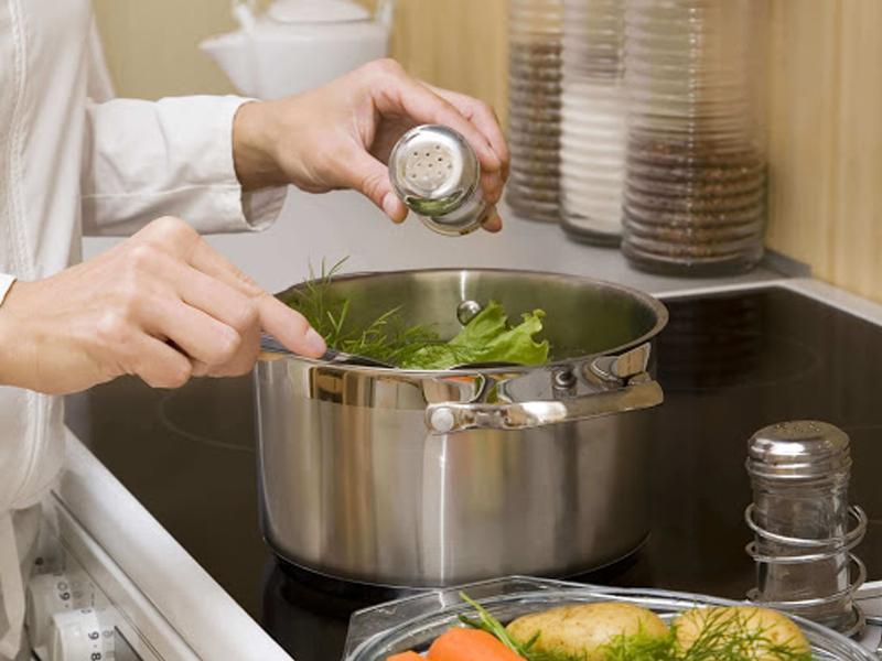 5 kiểu dùng muối khi nấu ăn thường thấy, ngờ đâu hại cơ thể - ảnh 2