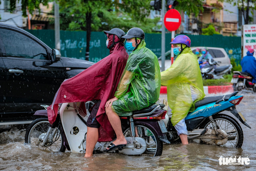 Mưa lớn kéo dài, nhiều tuyến đường Hà Nội ngập sâu - ảnh 2