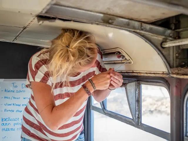 4 cô gái trẻ mua xe buýt rẻ tiền rồi biến thành mobihome sang chảnh, đem cho thuê kiếm gần nghìn đô mỗi tuần - ảnh 5
