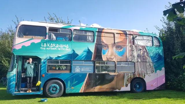 4 cô gái trẻ mua xe buýt rẻ tiền rồi biến thành mobihome sang chảnh, đem cho thuê kiếm gần nghìn đô mỗi tuần - ảnh 12