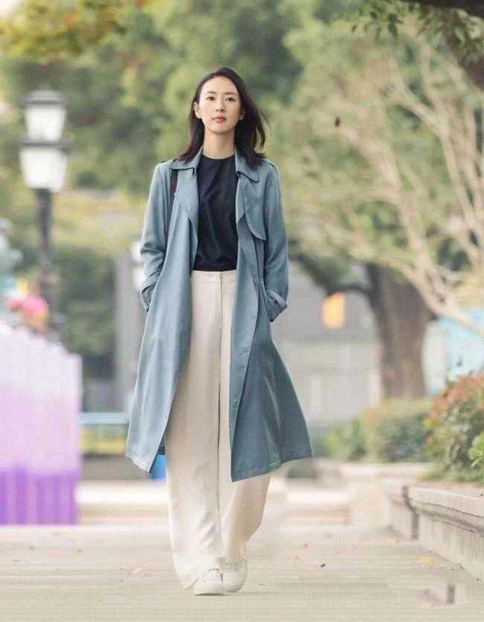 Áo khoác gió mix giày thể thao: Sự kết hợp dành cho mùa lạnh, mặc lên đẹp như Angela Baby - ảnh 1