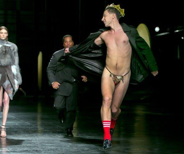 Những show diễn thời trang bị quấy phá bởi người biểu tình - ảnh 3