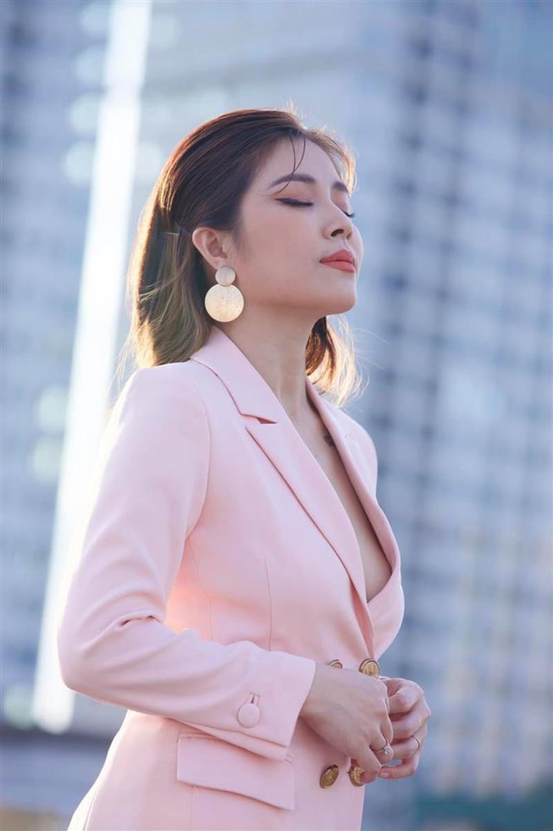 MC Hoàng Linh chuộng phong cách bốc lửa với áo lót xuyên thấu cá tính - ảnh 6