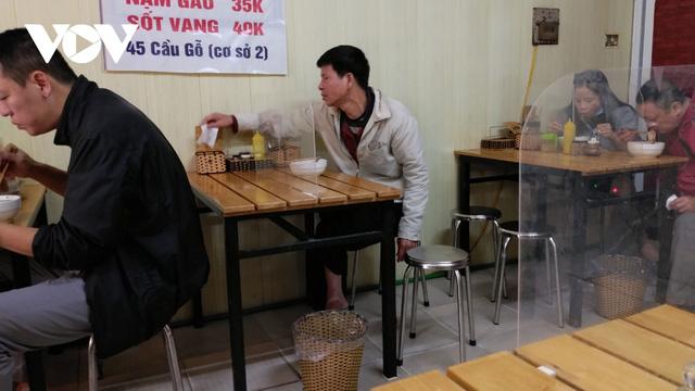 Hàng quán ở Hà Nội phục vụ khách tại chỗ: Người hy vọng, kẻ tiếc nuối - ảnh 1