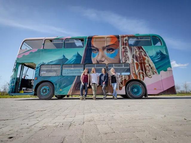 4 cô gái trẻ mua xe buýt rẻ tiền rồi biến thành mobihome sang chảnh, đem cho thuê kiếm gần nghìn đô mỗi tuần - ảnh 7