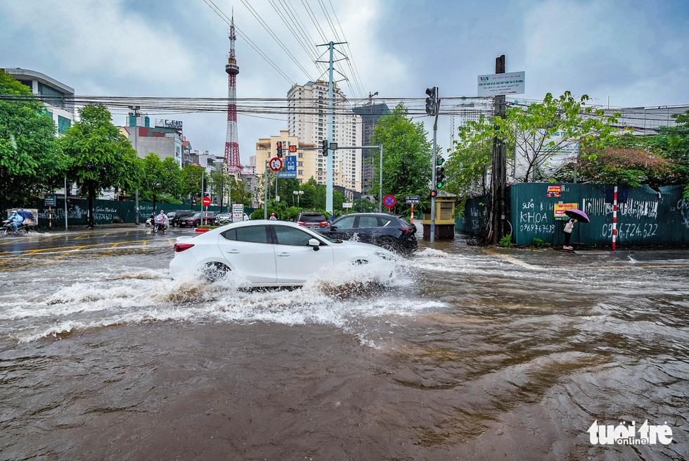 Mưa lớn kéo dài, nhiều tuyến đường Hà Nội ngập sâu - ảnh 1