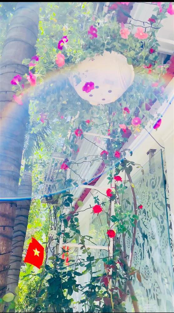 Vy Oanh khoe cận cảnh biệt thự ngập sắc hoa chồng tặng - ảnh 11